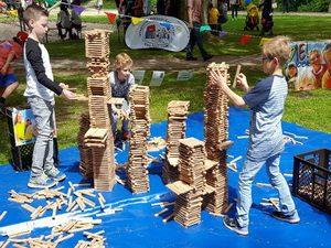 Hier wird jeder Baumeister neidisch: tausende Holzklötze warten darauf, von euch fantasievoll verbaut zu werden...